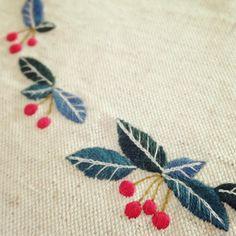 ヤブコウジを刺繍 年末に購入したヤブコウジ、赤い実がかわいいすぐに枯らしてしまう私ですが、今も元気です! #刺繍 #手芸 #ステッチ #植物 #花 #草花 #手仕事 #ペンケース #ハンドメイド #stitch #flower #plant#handmade #embroidery #pencase#leaves #tetote #ヤブコウジ#アルデシア#実 #木の実 #赤い実 #ardisia #nuts