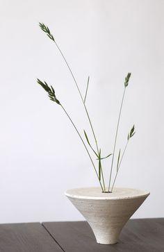 Ikebana grasses in a minimal ceramic vase Deco Floral, Arte Floral, Ikebana Flower Arrangement, Flower Vases, Japanese Ceramics, Japanese Pottery, Pottery Vase, Ceramic Pottery, Thrown Pottery