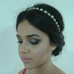 Make classica, com penteado de coque e tiara de perolas, by Bruna Costa