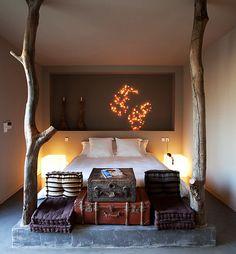 kleine schlafzimmer einrichten gemütlich mit betonpodest für die matratze und wandnische für moderne und kreative wandgestaltung im schlafzimmer mit leuchtenden würfeln als nachttischlampen