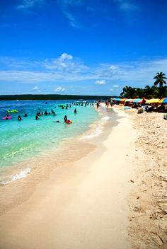 Cayo Sombrero es uno de los cayos preferidos por la mayoría. En efecto, cuenta con dos playas bastante grandes. Un bosque de palmeras que ofrece sombra natural. El snorkeling es muy gratificante y se puede acampar. Parque Nacional Morrocoy, Falcón Venezuela