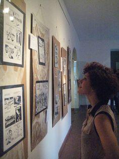 Giovane visitatrice osserva due opere (quelle di Gianni Sediole e di Paolo Murgia)