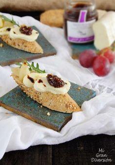Mi Gran Diversión: Crostini de Pera caramelizada, brie y mermelada de uvas