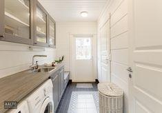 Juuri valmistuneen kodikkaan hirsitalon kodinhoitohuoneessa käytännöllisyys yhdistyy kauniisiin yksityiskohtiin, kuten lattian kuviollisiin laattoihin. Interior Design Living Room, Living Room Designs, Living Room Decor, Bedroom Decor, Laundry Room Bathroom, Laundry Room Design, Bathroom Ideas, Kitchen Remodel, Kitchen Decor