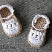 Weird. The little Mary Jane pattern is free. This one is $6! SIX BUCKS??? I REALLY should start selling my headband patterns!   ***       Crochet Pattern Baby Espadrille Shoe - via @Craftsy