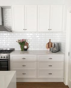 Choosing Your New Kitchen Cabinets Kitchen Handles, Kitchen Cupboards, Kitchen Tiles, New Kitchen, Kitchen Dining, Kitchen Decor, Kitchen Door Knobs, Decorating Kitchen, Dining Area