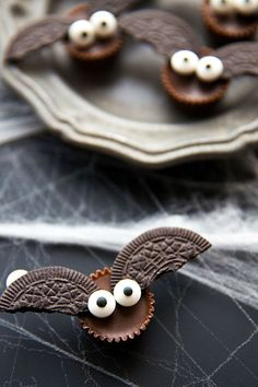 halloween desserts These Mini Bat Treats are absolutely adorable! They're such simple Halloween desserts to make, but they add an insanely fun element to your festive parties. Dulces Halloween, Postres Halloween, Dessert Halloween, Halloween Snacks For Kids, Theme Halloween, Manualidades Halloween, Halloween Goodies, Halloween Bats, Holidays Halloween