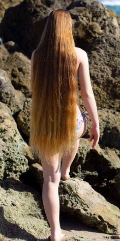 Coconut Oil promotes scalp health, hair growth and moisturizes dry brittle hair while adding luster, shine, and softness to the hair. It prevents hair breakage and split ends and Slows down hair loss. Really Long Hair, Long Red Hair, Pretty Redhead, Redhead Girl, Lange Blonde, Beautiful Red Hair, Amazing Hair, Hair Pictures, Girl Hairstyles