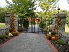 outside fall decorations Driveway Landscaping, Driveway Gate, Fence Gate, Fencing, Stone Driveway, Front Yard Fence, Front Gates, Entrance Gates, Farm Entrance