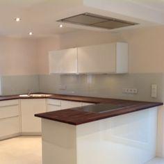 Das eigentliche Plus der Glasrückwand in der Küche besteht in der einfachen Reinigungsmöglichkeit.