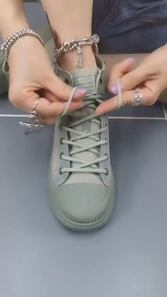 Ways To Lace Shoes, How To Tie Shoes, Diy Fashion Shoes, Diy Fashion Hacks, Ways To Tie Shoelaces, Diy Clothes And Shoes, Clothing Hacks, Lace Patterns, Exercises