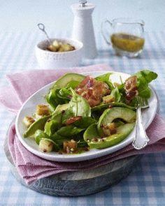 Spinatsalat mit Bacon, Croutons, Avocado ...