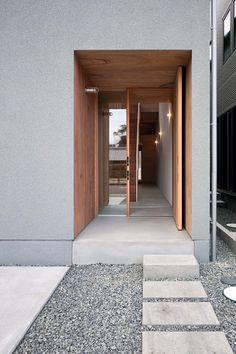 Modern Entrance, Modern Front Door, Entrance Gates, House Entrance, Facade Design, Architecture Design, House Design, Japanese Home Decor, Japanese House