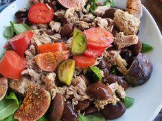 Was bitte macht einen Salat zum Steirischen Salat? Die üblichen Verdächtigen: Kernöl ohne Zweifel, und Käferbohnen, auch Kürbiskerne passen gut ins Bild. Alles zusammen ergibt Steirischen Salat, ganz eindeutig. Für die Herbstvariante kommen dann noch Feigen da, und eine Dose Thunfisch, damit das Zeug keinesfalls vegan wird... #Bohnen #Fisch Dose, Cobb Salad, Eggplants, Tuna, Figs, Beans, Fresh, You're Welcome