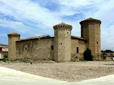 """Castillo de Leiva,La Rioja. Anterior al actual castillo que conocemos hubo otro anterior, una fortaleza, que se encuentra emplazada en un término llamado """"Campo de la Torre"""" que se hundió hacia 1478 (y cuya construcción, que se desconoce, podía datar de 1335) cuando Alfonso XI concedió la localidad a Juan Martínez de Leiva. Junto a la torre fuerte se encontraba una casa de aposento. Se desconocen la planta de la citada torre y las características esenciales del edificio. Los materiales de…"""