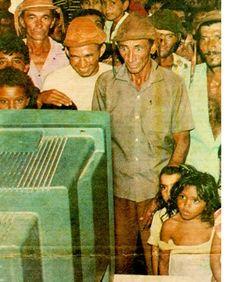 Moradores de Lago do Barro - Piauí, vendo uma transmissão de TV pela primeira vez em 1993.    Fonte: Jornal Folha de São Paulo.