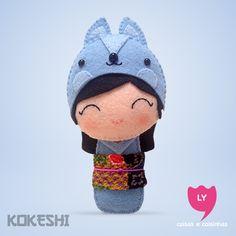 Curiosidade: Kokeshi (boneca em japonês) são bonecas de madeira produzidas artesanalmente. Sua primeira aparição foi em meados do período Edo (1600-1868), para serem vendidas como souvenir aos visitantes das fontes termais do nordeste do Japão. Elas também significam sorte e cada cor tem um significado.  #kokeshi #boneca #japão #azul #blue #coelho #rabbit #inteligencia #happy #sorte #lucky #felt #lycoisasecoisinhas