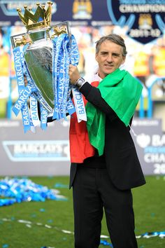 Roberto Mancini lifting the #EPL Trophy #mcfc #champions