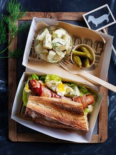 gourmet hot dog, this looks delicious Gourmet Recipes, Cooking Recipes, Gourmet Hot Dogs, Pot Pasta, Le Diner, Food Cravings, Love Food, Food Inspiration, Food Videos