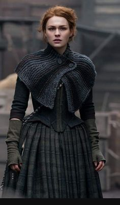 Warning: spoilers for Outlander season four, below. It's no secret that the Outlander show writers have had a formidable task in adapting Diana Gabaldon's Knitted Shawls, Crochet Shawl, Knit Crochet, Capelet Knitting Pattern, Gilet Crochet, Easy Crochet, Free Crochet, Costumes Outlander, Outlander Clothing