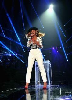 Beyonce draagt tijdens haar optreden in New York een nieuwe outfit, ditmaal een custom made broek en top van Gucci.