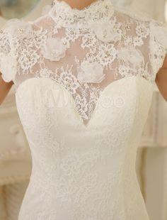 Vestido de noiva marfim sereia gola alta e manga curta em renda com cauda e aplique de pedras