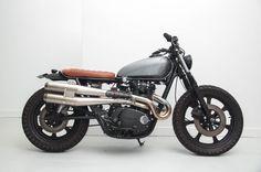 Un custom dans l'air du temps.  Préparation Yamaha XS 650 dans le style Brat, rabaissée et équipée d'un échappement scrambler sur mesure. Une citadine au caractère bien trempé et au look très séduisant.