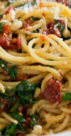 This Sun Dried Tomato Pasta features spaghetti layered with sun dried tomatoes, spinach, fresh basil, Parmesan, and buttery pine nuts! Sundried Tomato Recipes, Tomato Pasta Recipe, Sundried Tomato Pasta, Tomato And Cheese, Spinach Noodles, Pesto Spinach, Best Pasta Recipes, Spaghetti Recipes, Pasta With Dried Tomatoes