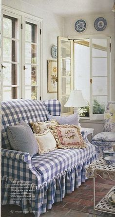 Checkered Couch / In cottage style blue and white room. Cottage Living, Cottage Chic, Cottage Style, Living Room, Cozy Living, Home Interior, Interior Design, Deco Champetre, White Decor