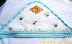 Accappatoio da bebè con apine, alveare e prato fiorito ricamati a punto croce - Baby bathrobe with cross-stitched bees, beehive and flowering meadow