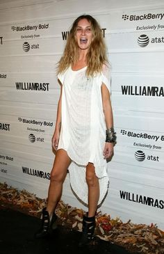 Erin Wasson Photos - Model Erin Wasson attends the William Rast Spring 2009 fashion show during Mercedes-Benz Fashion Week at Roseland Ballroom on September 2008 in New York City. Erin Wasson, Indie Fashion, Fast Fashion, Look Fashion, Fashion Outfits, Stylish Outfits, Gareth Pugh, Nicole Miller, White Now