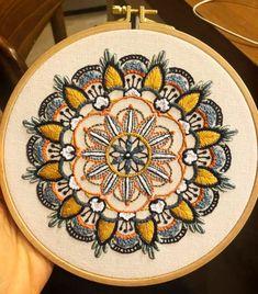 מנדלה נדירה ביופיה של טל מרקוביץ'  על הדפס מוניטה Brazilian Embroidery, Hand Embroidery, Coin Purse, How To Make, Handmade, Stuff To Buy, Inspiration, Mandalas, Creativity