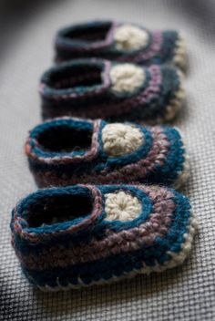 crocheted baby mocs-- free crochet pattern!