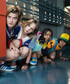Stranger Things Behind the Scenes Season 3 with Joe Keery, Maya Hawke, Priah Ferguson. Stranger Things Brasil, Stranger Things Aesthetic, Stranger Things Season 3, Cast Stranger Things, Stranger Things Netflix, Robin, Look Star, Joe Keery, Steve Harrington