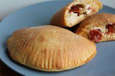 Panzerotti al forno con pasta madre Salty Cake, Italian Recipes, Hamburger, Good Food, Bread, Pane Pizza, Savory Snacks, Oven, Gastronomia