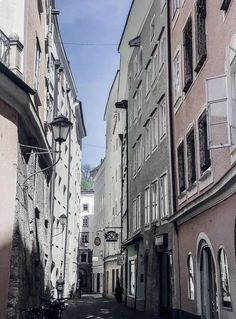 Eine menschenleere Stadt – befreiend oder beklemmend? Lies meine Gedanken jetzt auf dem Follow Your Trolley Blog!  #salzburg #altstadt #corona #menschenleer #leerestadt #innereleere #leere #masse #overtourism #travel #travel #austria #famouscities #lockdown Las Vegas Hotels, French Quarter, Bangkok Thailand, Oahu, Riad, Trolley, Collagen, Places, Hawaii