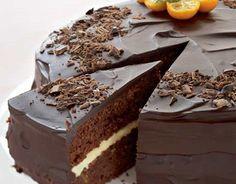 Suklainen appelsiinikakku Voitele ja korppujauhota tasapohjainen kakkuvuoka halkaisijaltaan 24 cm. Kuumenna uuni 175 asteeseen. Erottele munan valkuaiset keltuaisista. Paloittele suklaa ja voi astiaan. Sulata voi ja suklaa vesihauteessa tai mikrossa. Mittaa vehnäjauhot, perunajauhot, leivinjauhe ja vaniljasokeri kulhoon. Vaahdota valkuaiset ja tomusokeri kovaksi vaahdoksi. Vaahdota keltuaiset ja tomusokeri vaaleaksi vaahdoksi. Lisää joukkoon hieman jäähtynyt suklaa-voiseos. Lisää … Sweet Desserts, Delicious Desserts, Yummy Food, Finnish Recipes, Cake Recipes, Dessert Recipes, Yummy Recipes, Sweet Cakes, Let Them Eat Cake