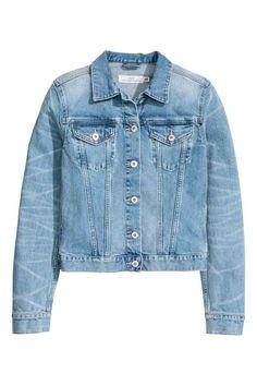 Джинсовая куртка: Слегка приталенная джинсовая куртка из стираного денима с потертыми деталями. На куртке нагрудные карманы с клапанами на застежке. Регулируемые хлястики на пуговицах по бокам.
