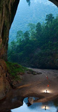 Caverna Son Doong, Vietnã. A maior caverna do mundo. Localizada no Parque Nacional Phon Nha-Ke Bang, uma área onde se encontram aproximadamente 300 cavernas. A entrada pode facilmente passar despercebida. Possui 2,5 km de comprimento. Espeleólogos já a percorreram, mas têm consciência de que ali há muito para ser estudado, em diversas áreas do conhecimento.