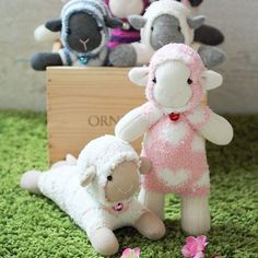 Free pattern and tutorial on how to sew sock sheep with 2 single socks. Use a microfiber sock to resemble the fluffy fur of the sheep. awwww, thanks so xox
