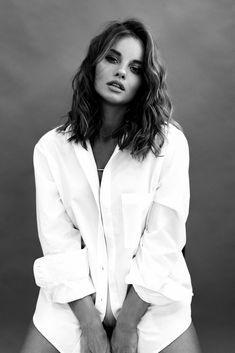 Portrait Photography Poses, Photography Poses Women, Portrait Poses, Female Portrait, Foto Glamour, Creative Fashion Photography, Black And White Portraits, Fashion Poses, Foto Pose