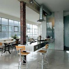 Une cuisine design de pro avec un plan en inox suspendu