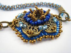 Blaue Dirndlkette Perlenstickerei Blauer Dirndlschmuck von BeadFizz