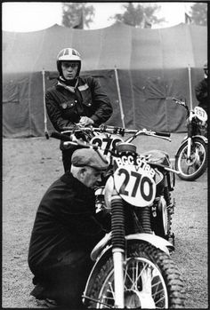 3 very clean bikes preparing for the start #267 B Nash 284cc AJS #270 Arthur Bates 550cc AJS [BGC 978B] GB Vase Team is being prepared whilst #278 Steve McQueen's stands with his Triumph for the USA Vase Team ISDT 1964 (François Gragnon)
