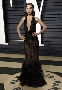 El premio al escote de vértigo de la noche fue para Lily Collins, que defendió muy bien este vestido de Elie Saab con incrustaciones negras y doradas, cinturón, transparencias y plumas en la parte inferior de la falda