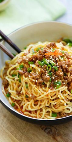 Dan Dan Noodles - savory and spicy Sichuan noodles with ground meat. Dan Dan Mian (Noodles) is delicious. Learn how to make it with this easy recipe! Asian Noodle Recipes, Asian Recipes, Ethnic Recipes, Great Recipes, Favorite Recipes, Dinner Recipes, Garlic Noodles Recipe, Szechuan Recipes, Asian Cooking