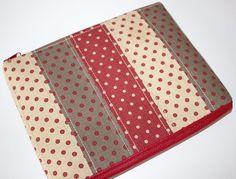 Obal+na+tablet+Petitka+Obal+na+tablet+je+ušitý+z+bavlněných+puntíkatých+látek+od+French+General.+Převládající+barvou+je+béžová+a+tlumená+červená.+Zadní+strana+je+ušita+z+červené+koženky+(viz+doplňková+fotografie).+Limitovaná+kolekce,+obalje+šitý+v+1+originále+a+opakovat+se+nebude.+Proto,+pokud+se+Vám+líbí,+neváhejte+s+nákupem.+Obal+je+vyztužen,+je+pevný+a+...