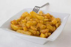 U nás v rodine boli takto dusené zemiaky jedna z najobľúbenejších príloh. Robievala ich kedysi dávno moja babka. A moja mama ich pred výplatou dokonca podávala ako hlavné jedlo s uhorkovým šalátom a tatarkou :) Ricotta Gnocchi, Czech Recipes, Ethnic Recipes, Parmesan, Pasta, Carrots, Shrimp, Meat, Chicken