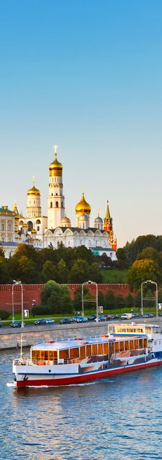 Moscow Kremlin at sunset   |   Amazing Photography Of Cities and Famous Landmarks From Around The World