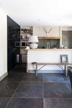 Keramische Belgisch hardsteenlook vloertegel 80x80 rett. met 'getrommelde' randen Kitchen Dining, Kitchen Decor, Home Hacks, Concrete Floors, Kitchen Lighting, Wood Furniture, Home Kitchens, Interior Architecture, New Homes